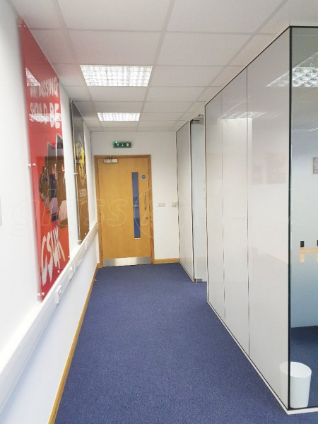 Horizon Entertainment Cargo (Richmond upon Thames, Greater London): Glass Corner Room With Part One-Way Window Film