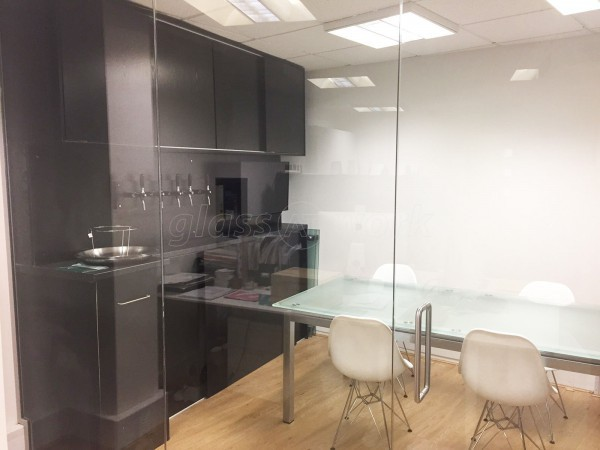 Frizzenti Ltd (London): Glass Corner Office Partition